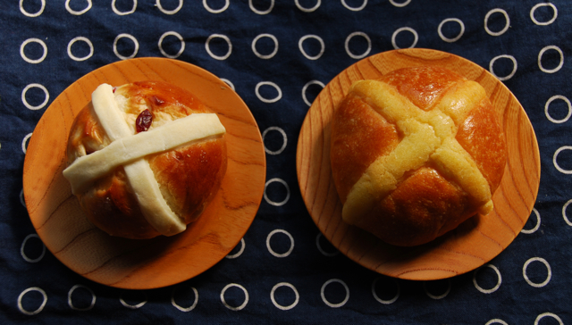 hot X buns x 2 © Tokyo Food File