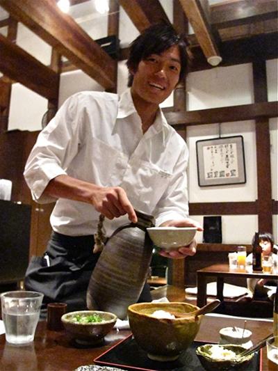 kamachiku waiter © Tokyo Food FIle