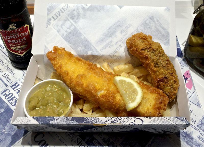 Malins fish'n'chips + peas + sausage © Tokyo Food File